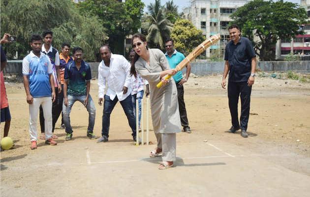 लोकसभा चुनाव: जब बल्ला लेकर मैदान में उतरीं मुंबई उत्तर सीट से कांग्रेस उम्मीदवार उर्मिला मातोंडकर