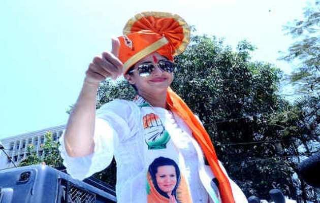 मुंबई: बोरीवली स्टेशन पर उर्मिला मातोंडकर के चुनाव प्रचार के दौरान भिड़े कांग्रेस-बीजेपी के कार्यकर्ता