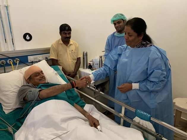 अस्पताल में थरूर का हाल जानतीं सीतारमण (ट्विटर फोटो)