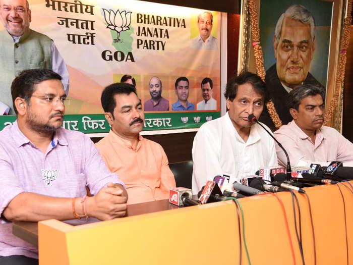 गोवा में मीडिया से बात करते सुरेश प्रभु