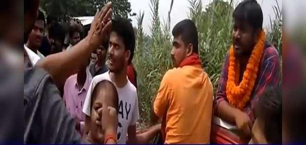 लोकसभा चुनाव 2019: कन्हैया कुमार को बेगूसराय में रोडशो के दौरान लोगों ने घेरा