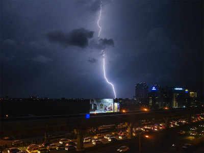 कई जगहों पर तूफान के साथ बिजली कड़की