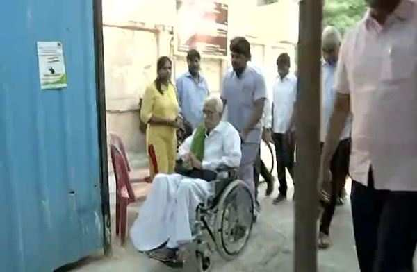 dmk general secretary k anbazhagan casts his vote in 96