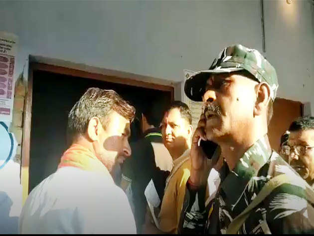 सुरक्षाकर्मी की फोन पर बात कराते भोला सिंह
