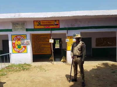 अलीगढ़ में खाली पड़ा मतदान केंद्र