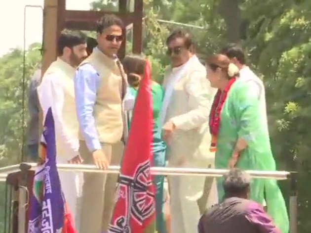 लखनऊ में पत्नी और एसपी उम्मीदवार पूनम सिन्हा के रोड शो में शामिल शत्रुघ्न सिन्हा