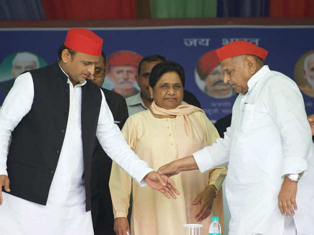 मायावती के साथ मंच पर अखिलेश यादव और मुलायम सिंह