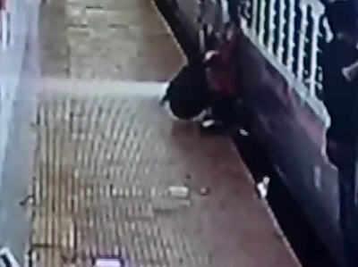 ट्रेन से गिरा युवक, आरपीएफ जवान ने लपककर बचाई जान