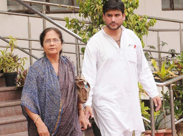 मां उज्ज्वला के साथ रोहित शेखर (फाइल फोटो)