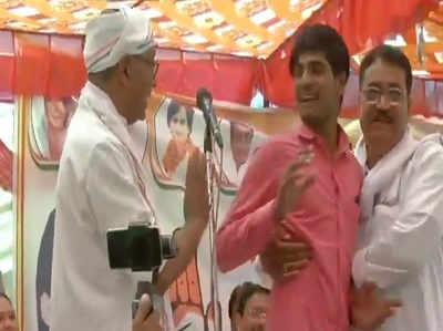 देखें: चुनावी रैली के दौरान दिग्विजय सिंह को भारी पड़ा '15 लाख का स्टंट'
