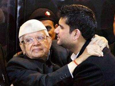 पिता एन. डी. तिवारी के साथ रोहित शेखर तिवारी (फाइल फोटो)