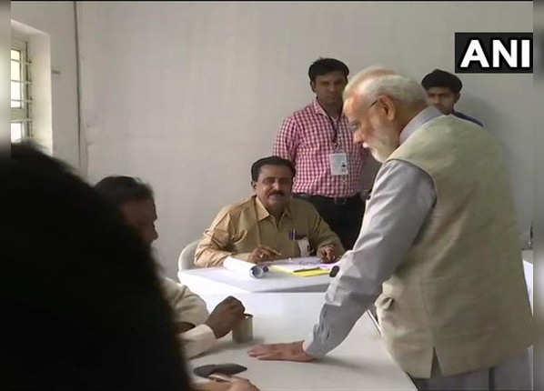 मतदान केंद्र में नरेंद्र मोदी