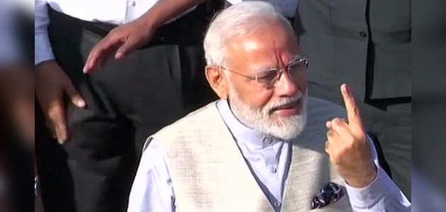 लोकसभा चुनाव: प्रधानमंत्री नरेंद्र मोदी ने गांधीनगर के रानिप में किया मतदान
