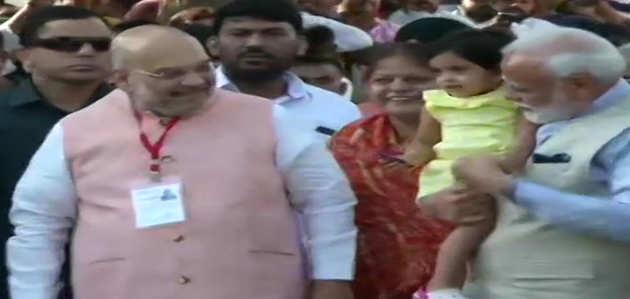 लोकसभा चुनाव: पीएम नरेंद्र मोदी ने वोट देने के बाद कहा- आतंक के शस्त्र IED से ताकतवर है लोकतंत्र का हथियार वोटर ID