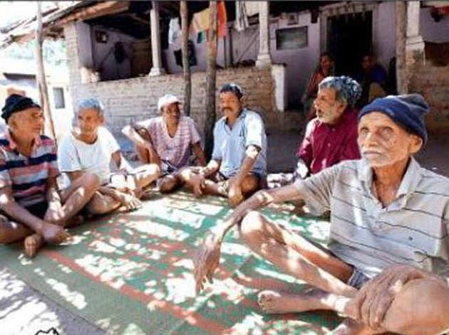 घोल गांव में बैठे बुजुर्ग