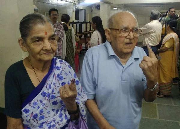 बुजुर्ग दंपती ने भी निभाया मतदान का फर्ज