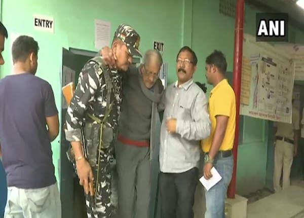 वरिष्ठ नागरिकों की मदद करते दिखे सुरक्षाकर्मी