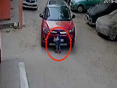 दिल्ली: ड्राइव करते हुए फोन उठाना पड़ा भारी, बच्चे पर चढ़ी कार