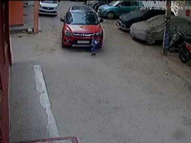 सोमवार को कार की चपेट में आया था बच्चा, चालक था मोबाइल पर बिजी