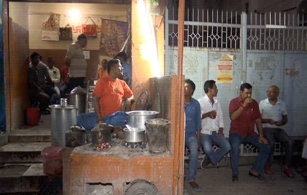लोकसभा चुनाव को लेकर वाराणसी में लोगों की 'चाय पे चर्चा'