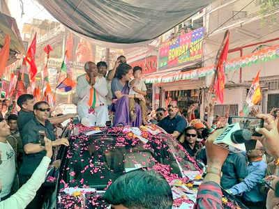 झांसी में रोड शो के दौरान प्रियंका गांधी
