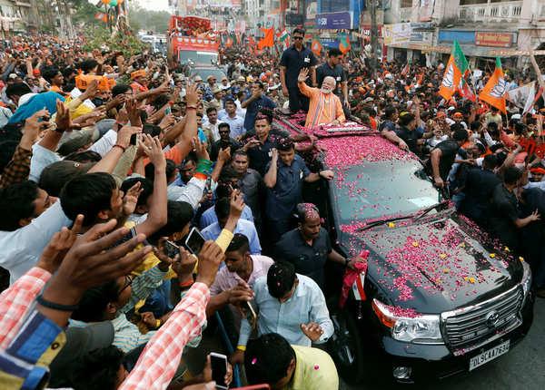 रास्ते में लोगों का अभिवादन करते रहे पीएम नरेंद्र मोदी
