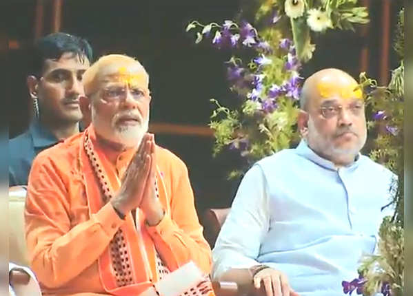 रोड शो के बाद गंगा तट पर पहुंचे मोदी और शाह