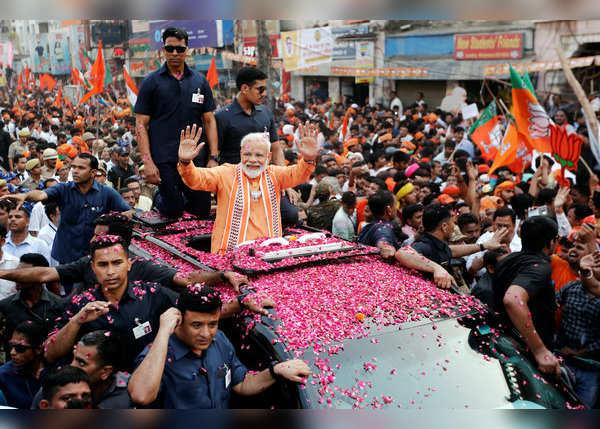 बीएचयू गेट से हजारों लोगों के साथ बढ़ा काफिला