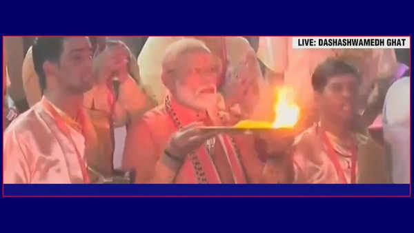 watch pm narendra modi offers prayers at dashashwamedh ghat