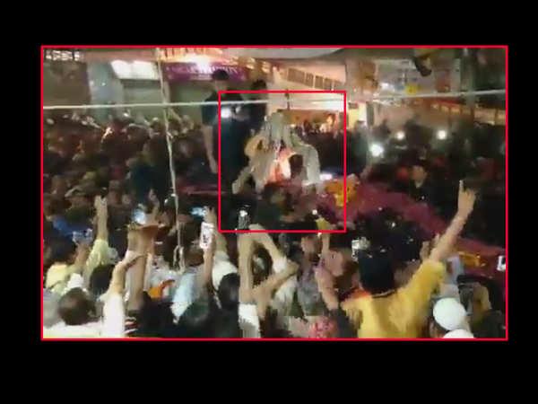 watch pm modi stops cavalcade to accept shawl from elderly man