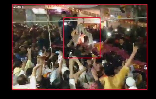 विडियो: पीएम मोदी ने काफिला रोक कर मुस्लिम समर्थक से ली शॉल