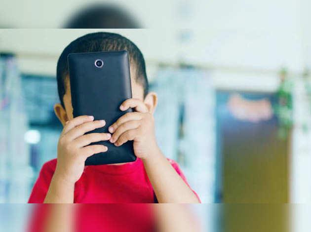 WHO की सलाह, बच्चों को मोबाइल से रखें दूर