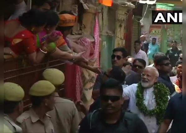 महिला समर्थकों से मिलाया हाथ