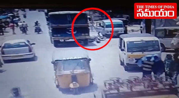 watch driver carelessly opened auto door puts two persons killed in hyderabad