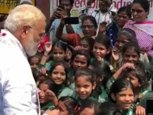 बच्चियों से मिलते पीएम मोदी