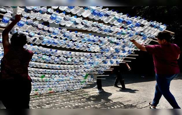 सूरत: प्लास्टिक बोतलों के इस्तेमाल के खिलाफ चलाया गया एक अनोखा जागरूकता अभियान