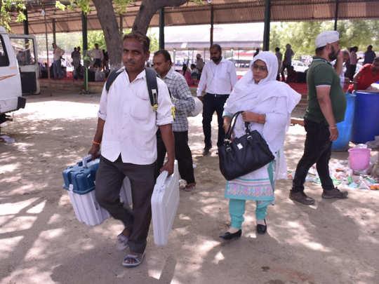कानपुर में वोटिंग की तैयारी में जुटे कर्मचारी