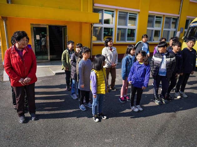 बच्चों के सथ स्कूलों में बुजुर्गों की शिक्षा