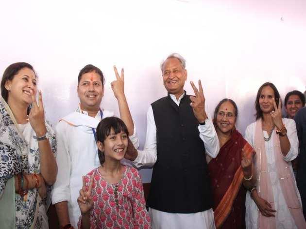 वोट डालने के बाद परिवार के साथ सीएम अशोक गहलोत