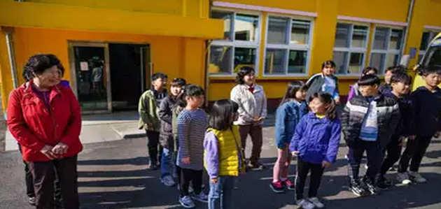 साउथ कोरिया के स्कूलों में बुजुर्ग बन रहे स्टूडेंट्स