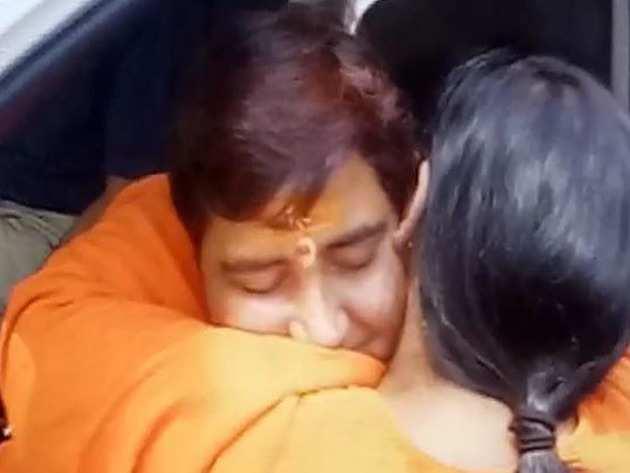 साध्वी प्रज्ञा से मिलतीं उमा भारती (विडियो ग्रैब)