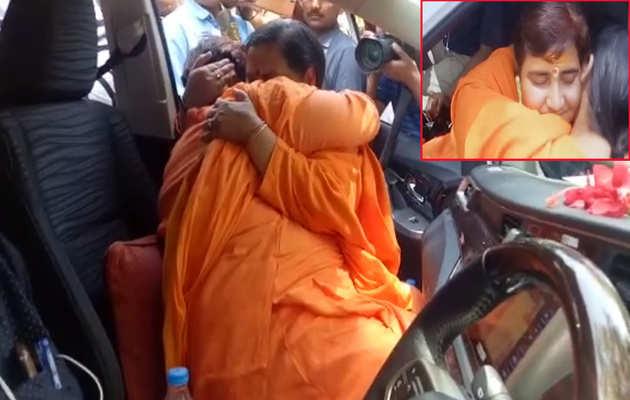 लोकसभा चुनाव: साध्वी प्रज्ञा सिंह ठाकुर और उमा भारती मिलने पर हुई भावुक