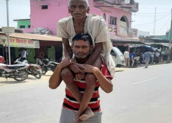 पिता को कंधे पर लेकर पहुंचे पोलिंग बूथ