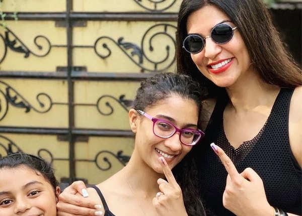 बेटियों के साथ सुष्मिता सेन