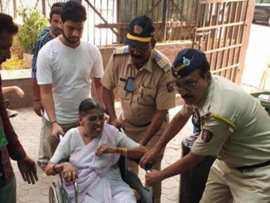 मुंबई पोलिसांना सलाम; ज्येष्ठ, दिव्यांगांना मदत