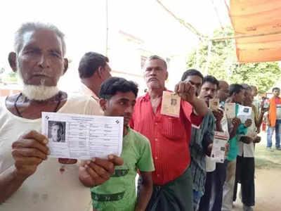 ओडिशा के भद्रक में मतदान के लिए खड़े लोग