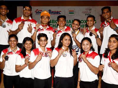 एशियन बॉक्सिंग चैंपियनशिप में पदक जीतने के बाद भारतीय मुक्केबाज