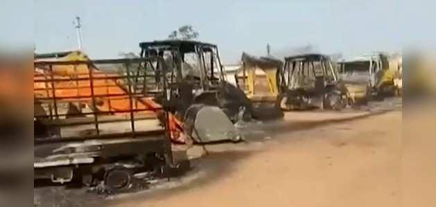 महाराष्ट्र के गढ़चिरौली में 150 से ज्यादा नक्सलियों ने 36 वाहनों को फूंका