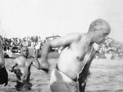 फाइल फोटो: गंगा में स्नान करते जवाहर लाल नेहरू (साल 1938)