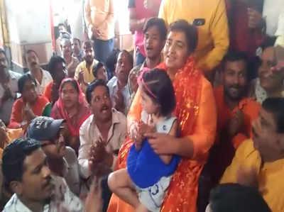 लोकसभा चुनाव: 72 घंटे का बैन लगने के बाद साध्वी प्रज्ञा ने कर्फ्यू वाली माता मंदिर में किया भजन